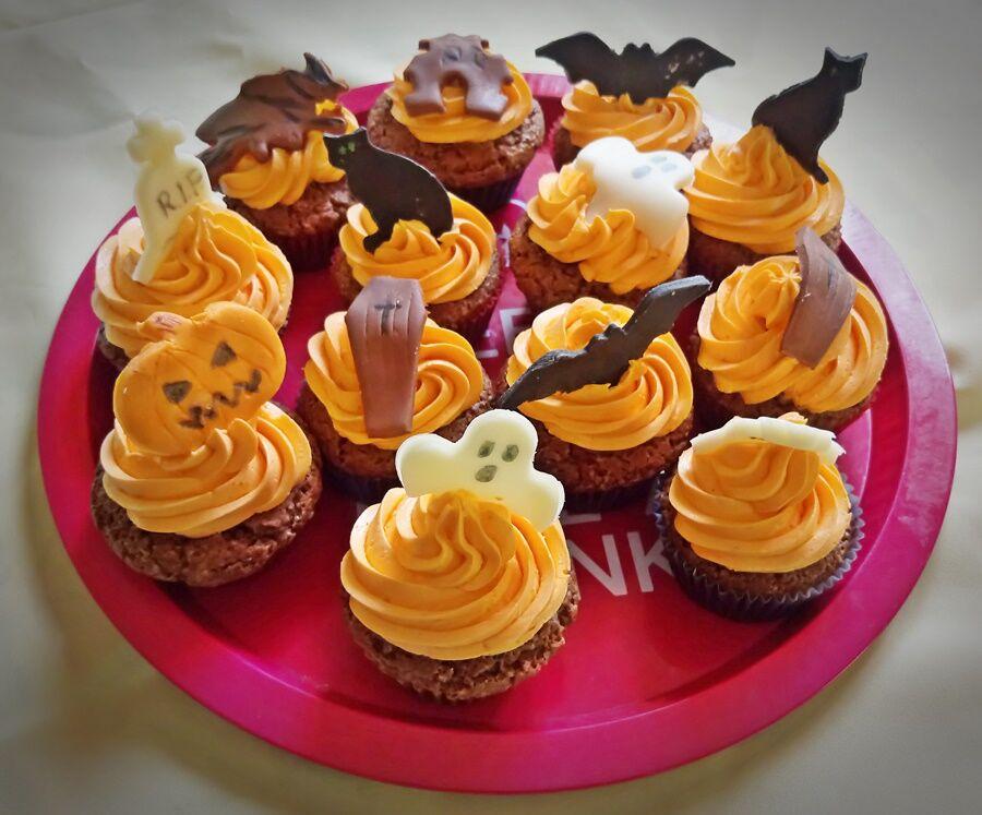 Halloween muffinok tálcán