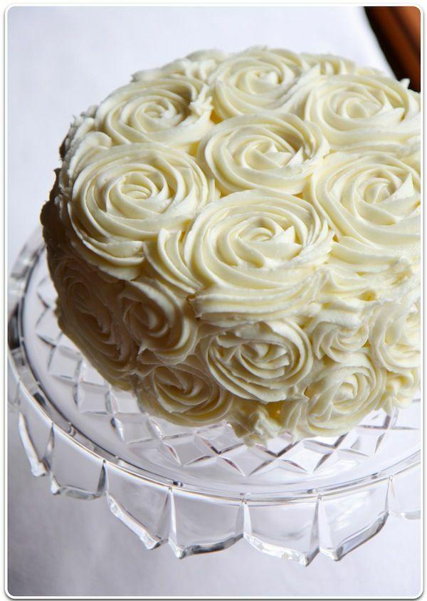 Red Velvet torta krémrózsa díszítéssel