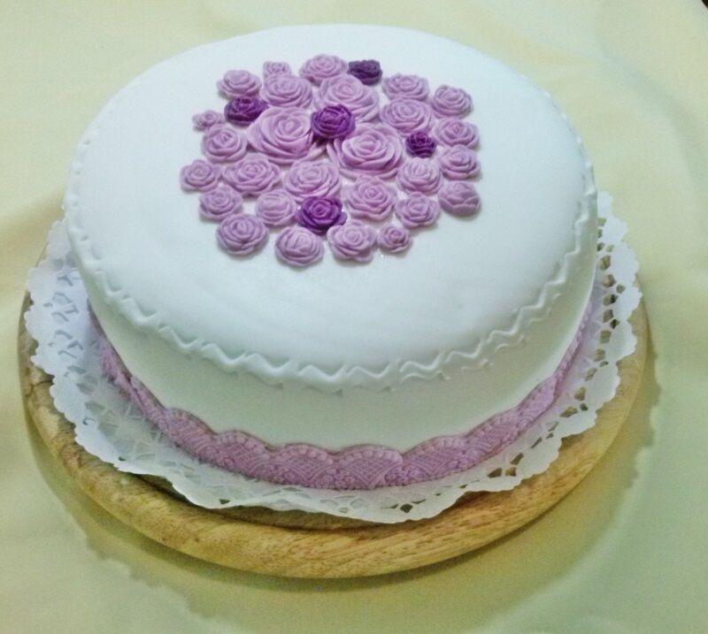 marcipán rózsával díszített lila torta