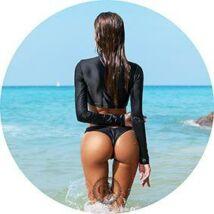 Nő feketében a tengerparton tortaostya