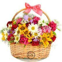 Színes virágcsokor kosárban tortaostya