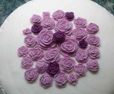 marcipán rózsával díszített torta