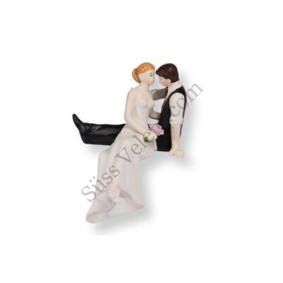 Torta szélén ülő nászpár esküvői tortadísz